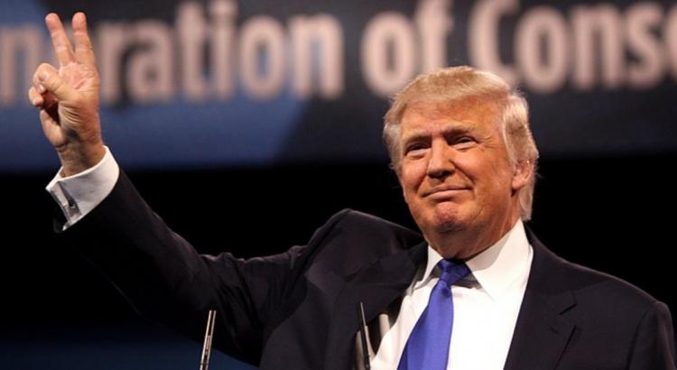 Durant toute sa campagne électorale, Trump a insisté sur les questions d'immigration et de sécurité. Il a fait serment de construire un mur de 1 600 kilomètres à la frontière mexicaine afin de stopper l'immigration irrégulière.